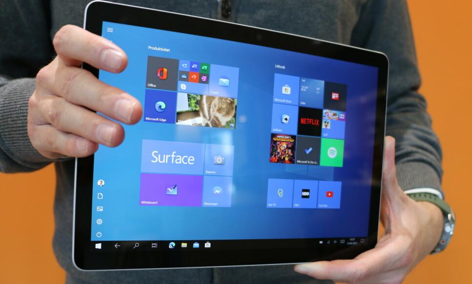 SURFACE GO 2: Microsoft har krympet rammen rundt skjermen betraktelig, og Surface Go 2 ser mer moderne ut enn den første modellen. Foto: Øystein B. Fossum