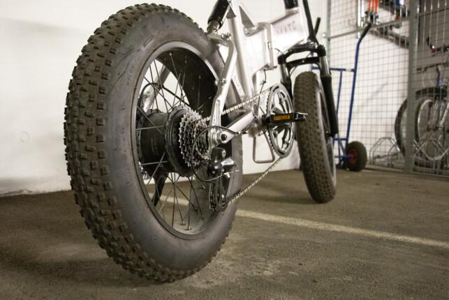 Mate X har tjukke og grove dekk. Motoren er montert på bakhjulet. Foto: Martin Kynningsrud Størbu