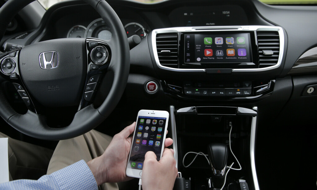 APPLE CARPLAY: Mange biler selges med enten Apple CarPlay og Android Auto. Foto: NTB Scanpix/AP Photo/Jae C. Hong)