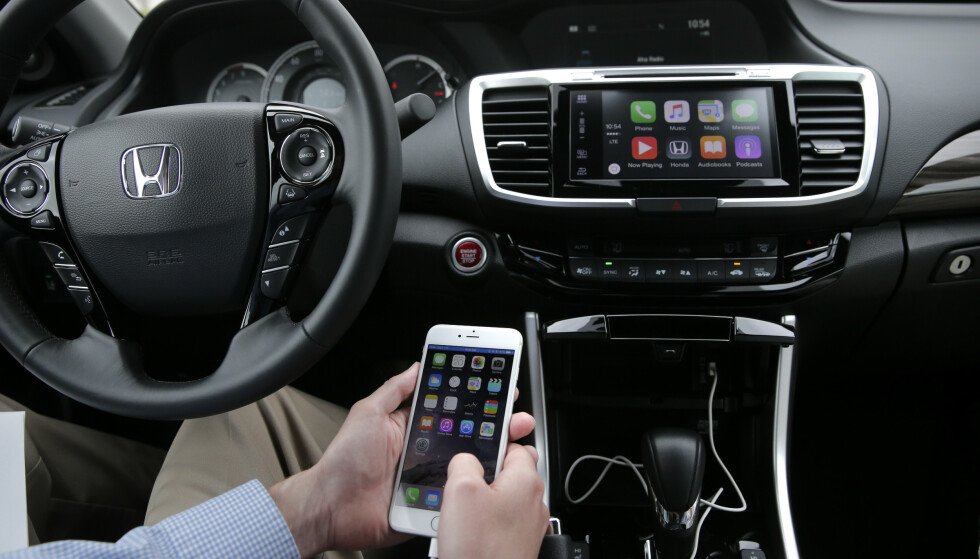 <strong>APPLE CARPLAY:</strong> Mange biler selges med enten Apple CarPlay og Android Auto. Foto: NTB Scanpix/AP Photo/Jae C. Hong)