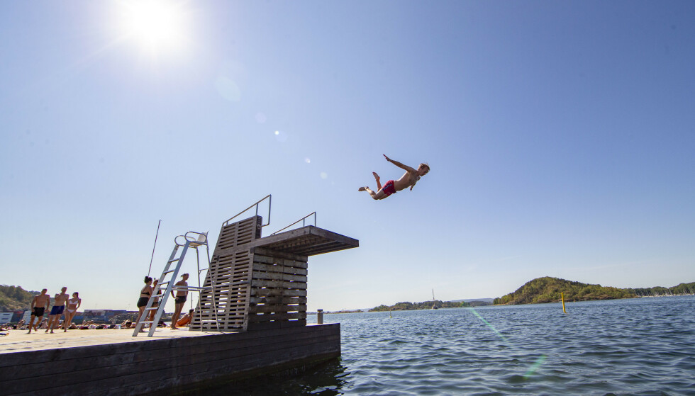 HVORDAN ER BADETEMPERATUREN NÅ? Sørenga i Oslo kan skilte med 22 grader i vannet 17. juni - og det er mange flere steder i landet hvor badetemperaturene er over 20 grader, ifølge badetemperaturvarselet til Yr.no. Foto: NTB scanpix