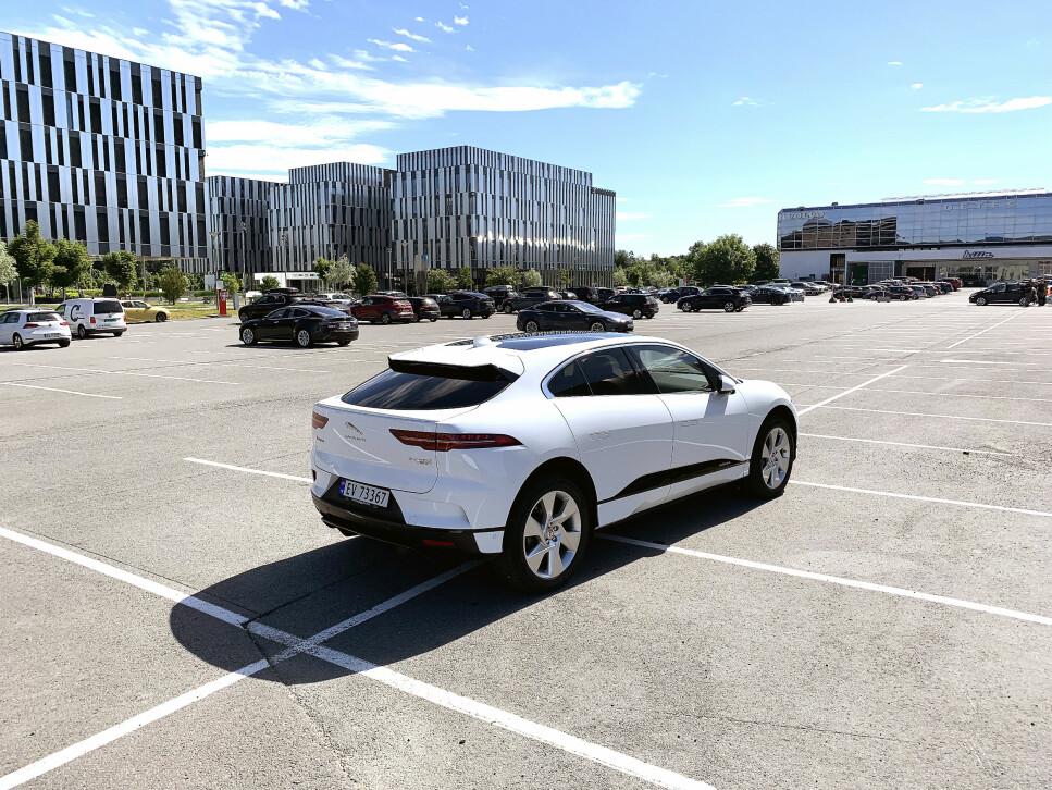 VAKKER: Jaguar I-Pace SE tar seg godt ut på en stor parkeringsplass. Hvor bra står den elektriske SUV-en seg som familiebil? Foto: Øystein B. Fossum