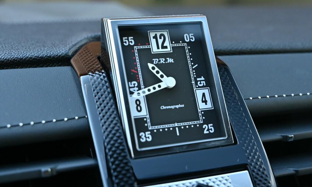 Spesialdesignet klokke fra BRM snur elegant rundt hver gang du starter og stopper bilen. Foto: Rune M. Nesheim