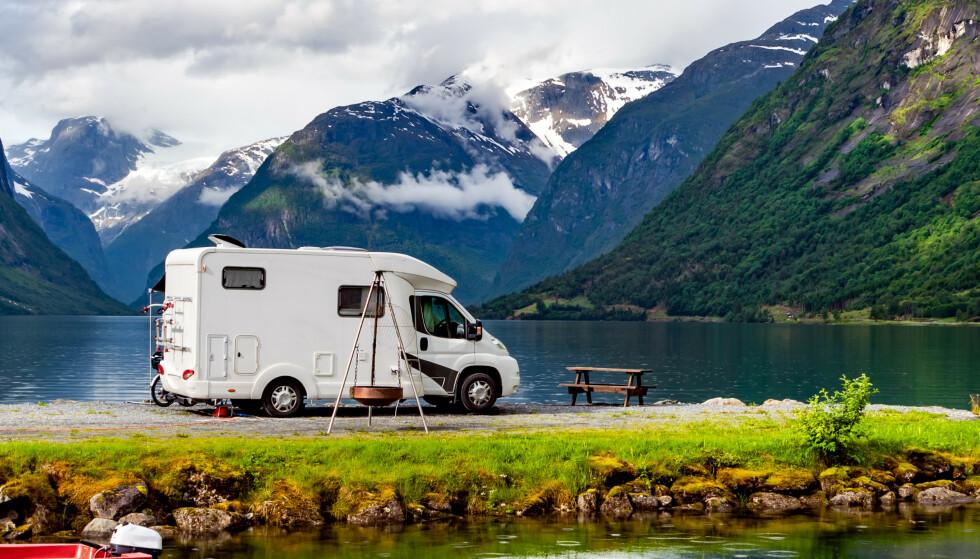 <strong>HYTTE PÅ HJUL:</strong> Vil du bruke sommeren til å rulle rundt i Norge og kunne bo i kjøretøyet? Før du går til innkjøp av bobil, bør du tenke på en del ting. Foto: Shutterstock/NTB Scanpix.
