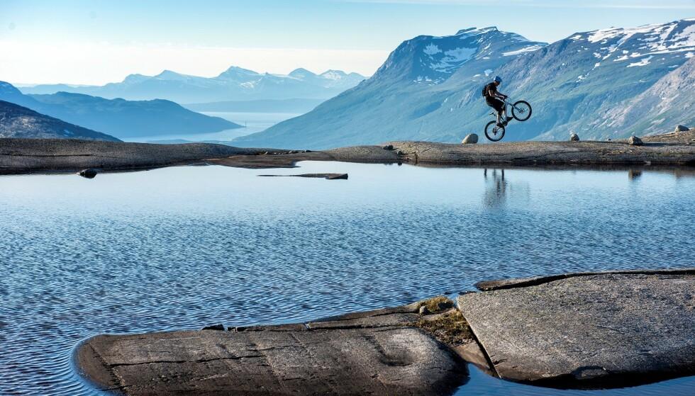 <strong>OFOTEN:</strong> Sykling over Reinnesfjellet ved Skjomen. Her får man oppleve både heftig sykling og heftig natur, og man bør ha med seg en kjentmann på turen. Foto: Rune Dahl