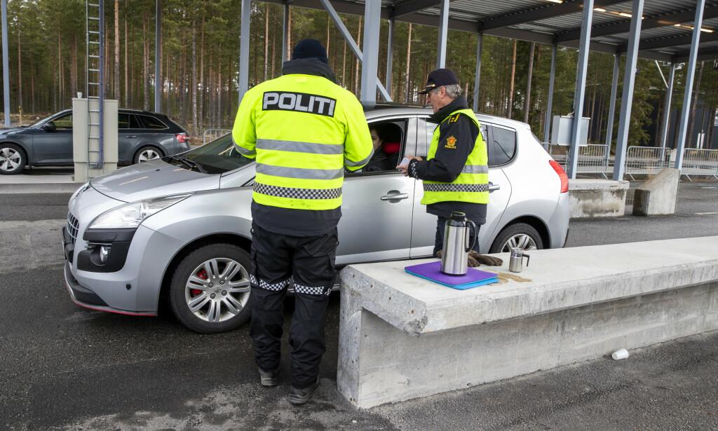 HVOR HAR DU VÆRT? Myndighetene satser på at nordmenn vil snakke sant om hvor de har vært, ved innreise til Norge. Bruker du Sverige kun som transittland på vei fra Gotland eller Danmark, slipper du 10-dagers innreisekarantene. Men har du vært i Sverige, for eksempel på handletur, skal du ifølge reglene i karantene. Foto: NTB scanpix