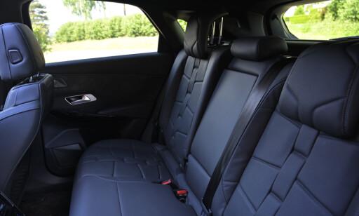 TILT: Se forskjellen i setevinkel. Bilen har helt flatt gulv, så det er ikke håpløst for midtpassasjeren heller. Voksne sitter greit baki. Foto: Rune M. Nesheim