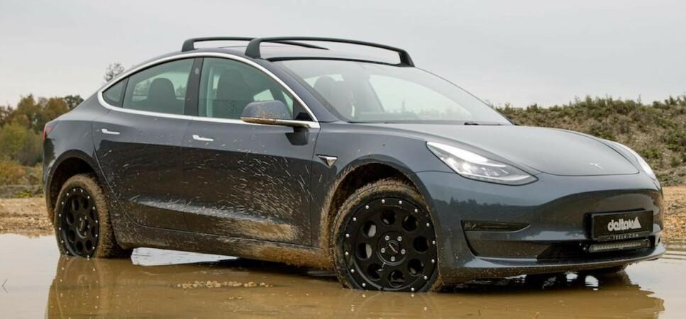 SKIKKELIG OFFROADER: Med løftesett og skikkelig knastehjul, tar Tesla Model 3 deg frem både til lands og til vanns. Foto: Delta4x4.