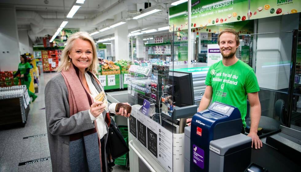 <strong>DNB + KIWI:</strong> Ingjerd Blekli Spiten har selv testet ny kontanttjeneste i butikk. Foto: Stig Fiksdal.