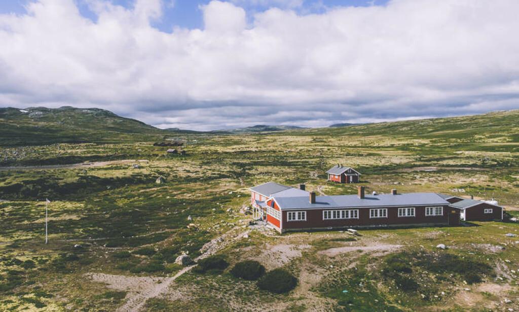 HELT PÅ VIDDA: Mårbu turisthytte på Hardangervidda har 20 sengeplasser og fortsatt ledig kapasitet i sommer. Du må bare huske å forhåndsbestille hvis du vil ta turen hit. Les også hvilke andre hytter som har ledige rom ennå. Foto: Marius Dalseg Sætre/ut.no