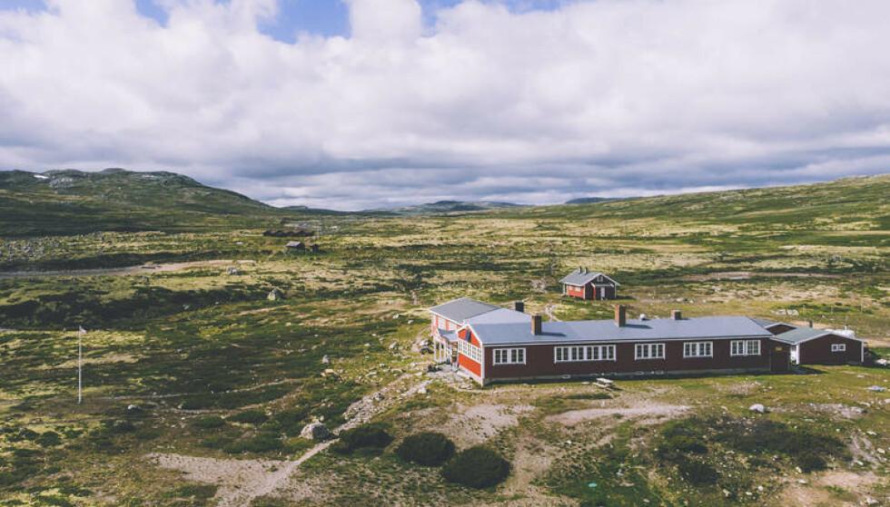 <strong>HELT PÅ VIDDA:</strong> Mårbu turisthytte på Hardangervidda har 20 sengeplasser og fortsatt ledig kapasitet i sommer. Du må bare huske å forhåndsbestille hvis du vil ta turen hit. Les også hvilke andre hytter som har ledige rom ennå. Foto: Marius Dalseg Sætre/ut.no