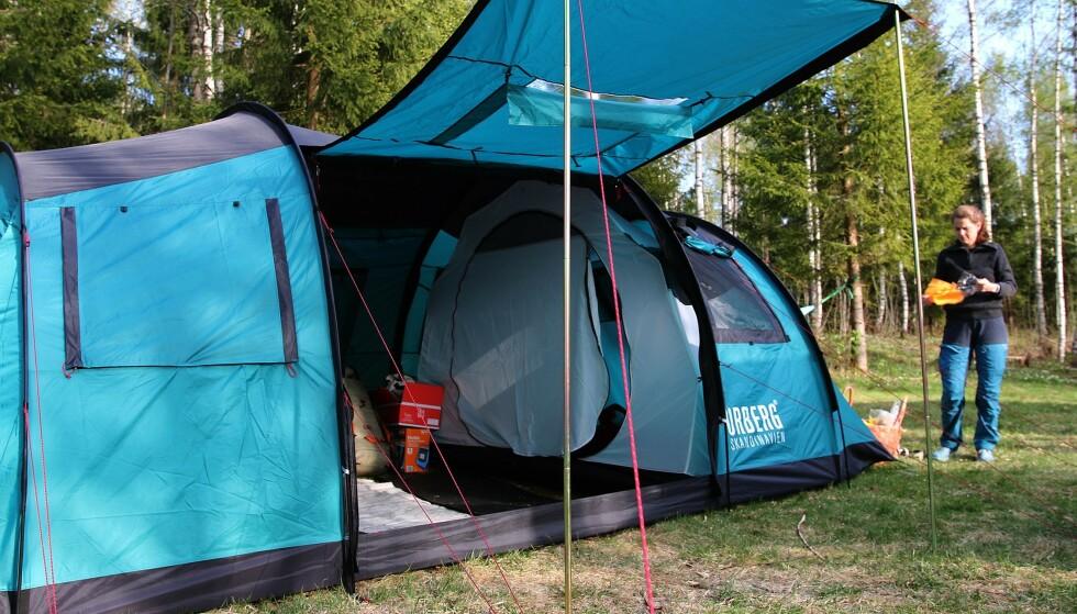 GOD PLASS: Å ta med seg telt kan være et rimelig alternativ som også gir deg mye frihet. Foto: NAF