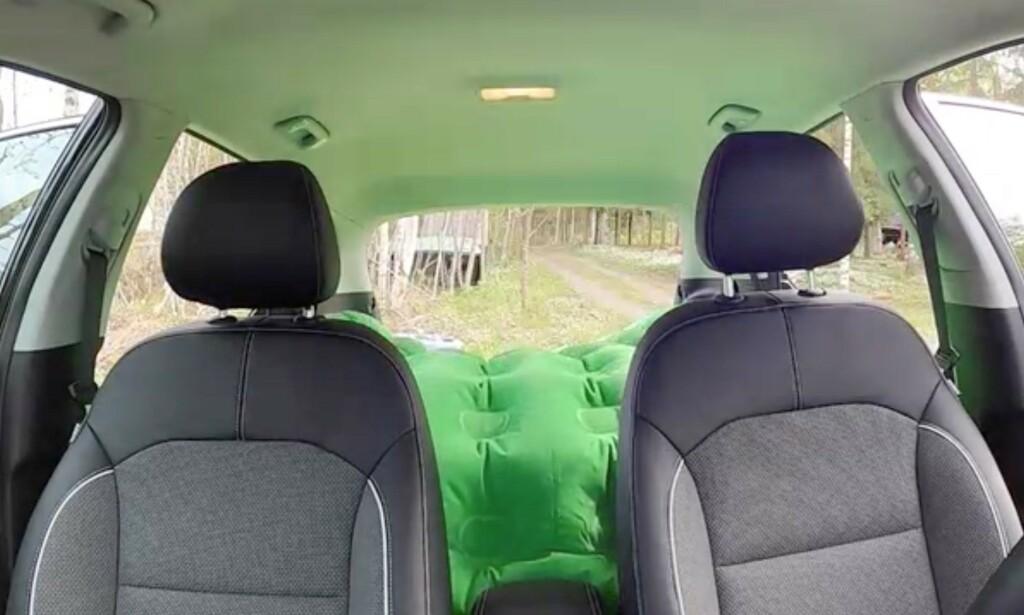 TRANGT: Det er ikke lett å få plass til madrass, samt et par personer, baki en bil. Foto: NAF