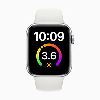 NYE MULIGHETER: Apple har også gitt noen av de eksisterende urskivende ny funksjonalitet i watchOS 7. Blant annet kan du legge til en komplikasjon på urskiven Forstørret. Foto: Apple
