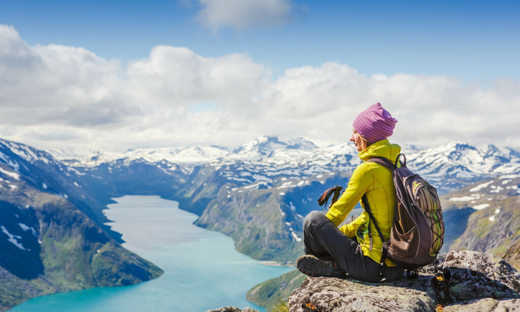 ADVARER: - Velg tur etter evne, oppfordrer redningsetatene, som også ber folk sjekke værmeldinga og friske opp førstehjelpkunnskapene. Rekordmange sier de har tenkt seg til Besseggen i sommer. Foto: Olga Danylenko / Shutterstock / NTB scanpix
