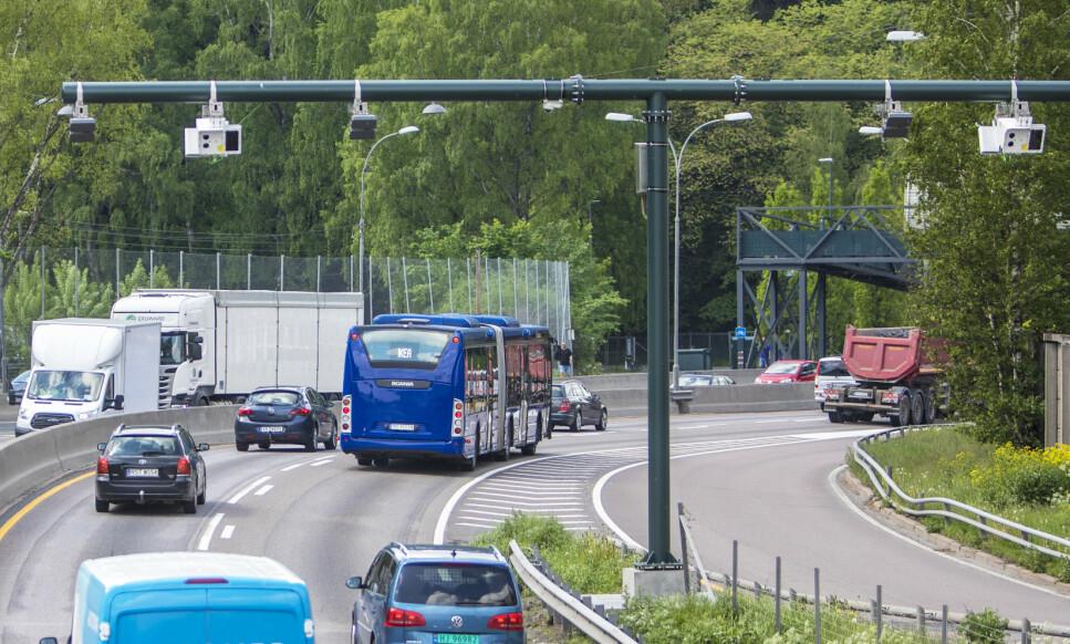 <strong>DYRT:</strong> Mange har blitt provosert over høye bompriser på norske veier. Bildet er fra bomstasjon i Oslo, sett fra Bygdøylokket mot Skøyen. Foto: Ole Berg-Rusten / NTB Scanpix