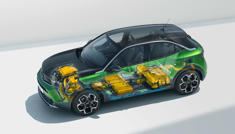 UNDER SETENE: Bilen er bygget på Opels nye plattform for småbiler. Den er tilbpasset både bensin, diesel og elbil. Legg merke til at bagasjerommet ikke blir mindre på grunn av elektrifiseringen. Batteriene ligger under setene og mange vil oppleve fremkanten av batteripakka i forsetet som litt forstyrrende. Foto: Opel.