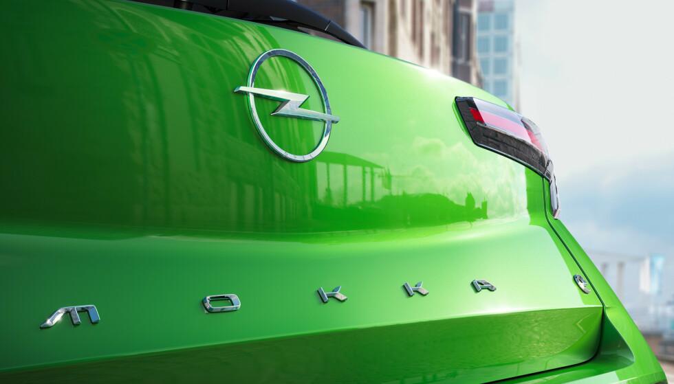 TREND I TIDEN: Som i gamledager har flere bilprodusenter trukket frem settekassa igjen og limver villig vekk hele navnet over bakluka. Logoen foran og bak har også økt i størrelse. Her skal selvtilliten opp. Foto: Opel.