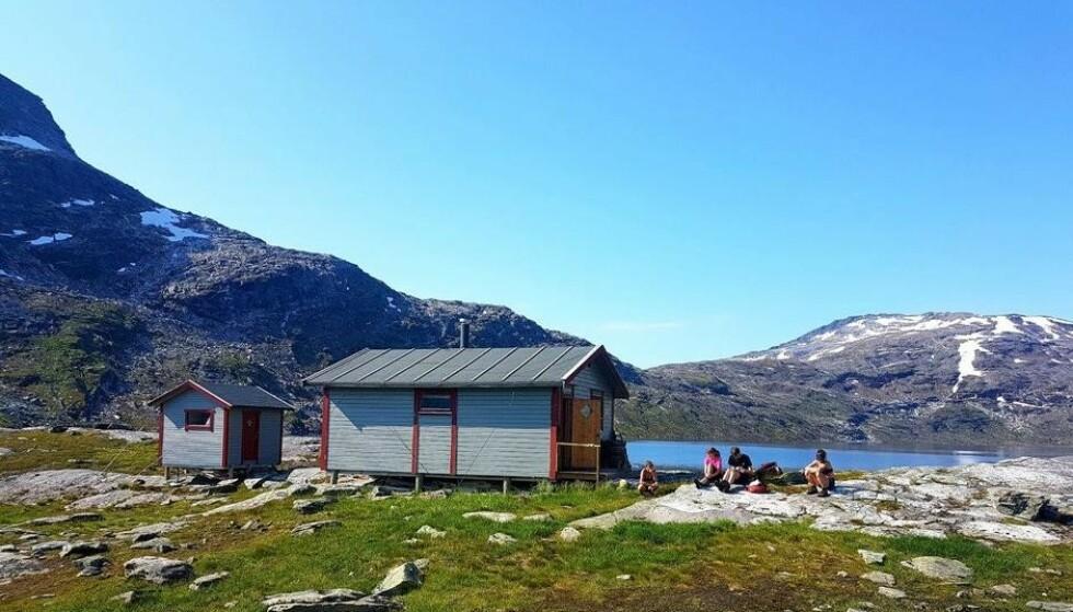 BLÅTT SÅ LANGT ØYET KAN SE: Det er ledige plasser på Blåvatnhytta i sommer, for de som vil oppleve sommer i Nord-Norge. Foto: May-Elin Ivarjord