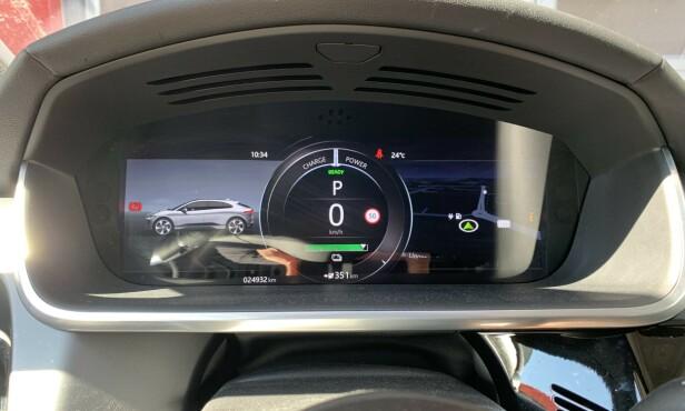 Totalt antall kilometer bilen har kjørt står på de aller fleste biler - også eldre uten digital skjerm - i dashbordet bak rattet. Foto: Øystein B. Fossum