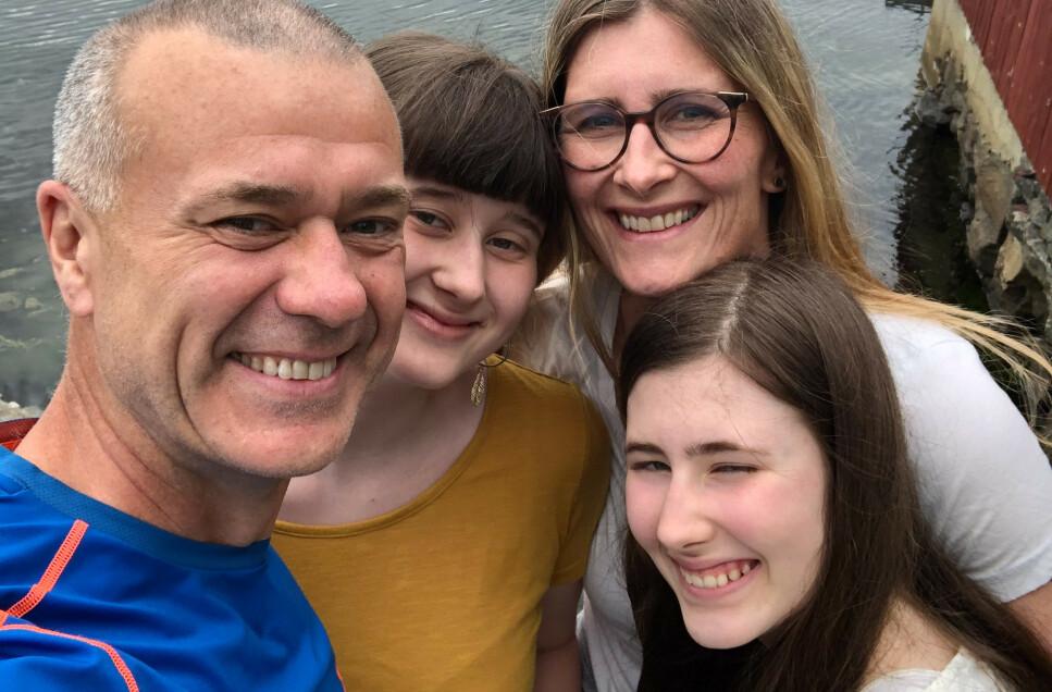 FØRSTE BÅTFERIE: Far Lars Kjetil Folgerø (53), kona Inga Marit (44) og døtrene Vilde (13) og Leah (14), har leid seg en seilbåt for sommeren. Nå drar familien fra Bergen på sin aller første båtferie sammen. Foto: Privat.