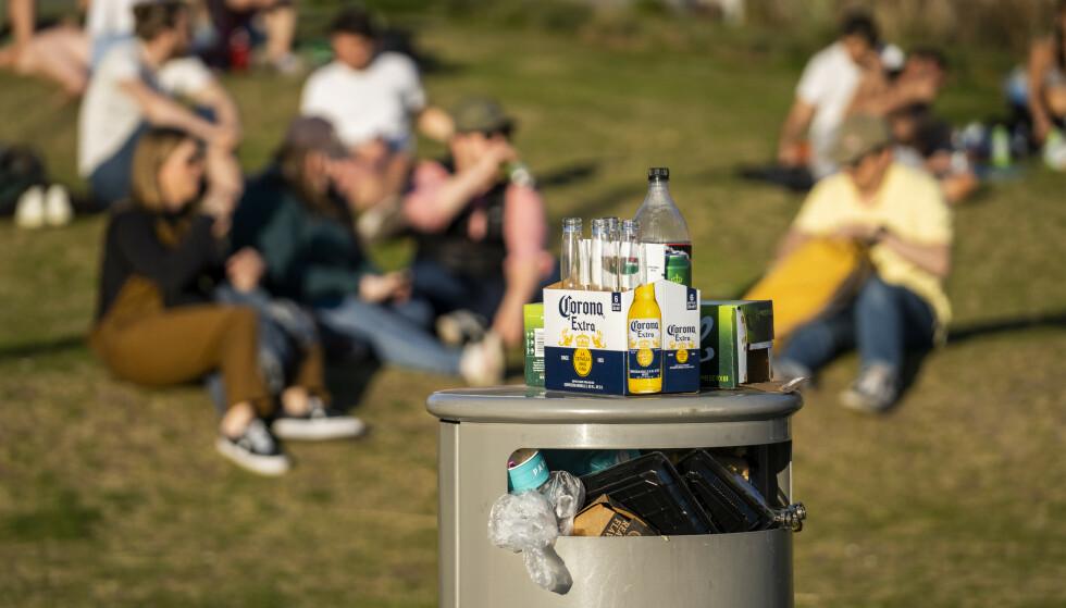 SØPPEL: Overfylte søppelkasser og henslengt rusk og rask har vært en gjenganger mange steder denne sommeren. Foto: Heiko Junge, NTB Scanpix