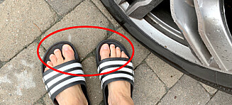 Advarer mot sandaler i bil