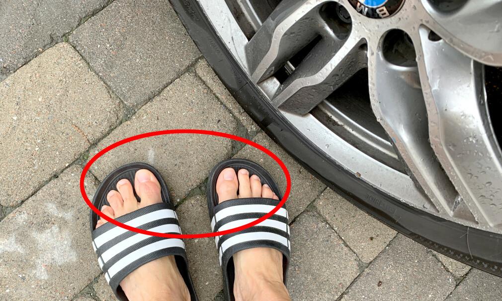 DÅRLIG IDÉ: Ikke kjør med løse sandaler, det kan skape trafikkfarlige situasjoner, advarer Norges Automobilforbund (NAF). Foto: Kristin Sørdal