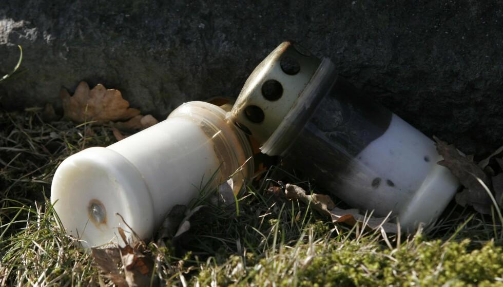 FORBYS: Flere kommuner innfører forbud mot gravlys med metallokk. Foto: Jarl Fr. Erichsen/NTB Scanpix