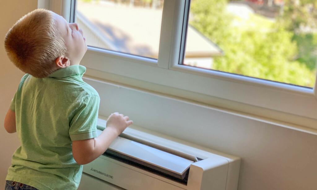 FRA VARMT TIL KJØLIG: På hete sommerdager fungerer det fint å bruke varmepumpen som aircondition. Men stiller du varmepumpen på altfor lav temperatur, kan det få uheldige konsekvenser. Foto: Norsk Varmepumpeforening.