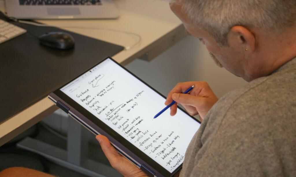 SKRIVE: Samsungs S-Pen medfølger. Den er litt liten, men fungerer greit til korte skriveøkter. Foto: Martin Kynningsrud Størbu