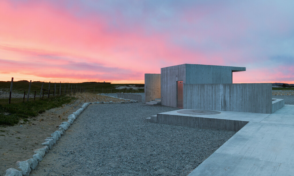 NYTT BYGG: På Borestranda har det dukket opp et nytt bygg med dusj, toalett og sittebenker. Foto: Lie Øyen arkitekter