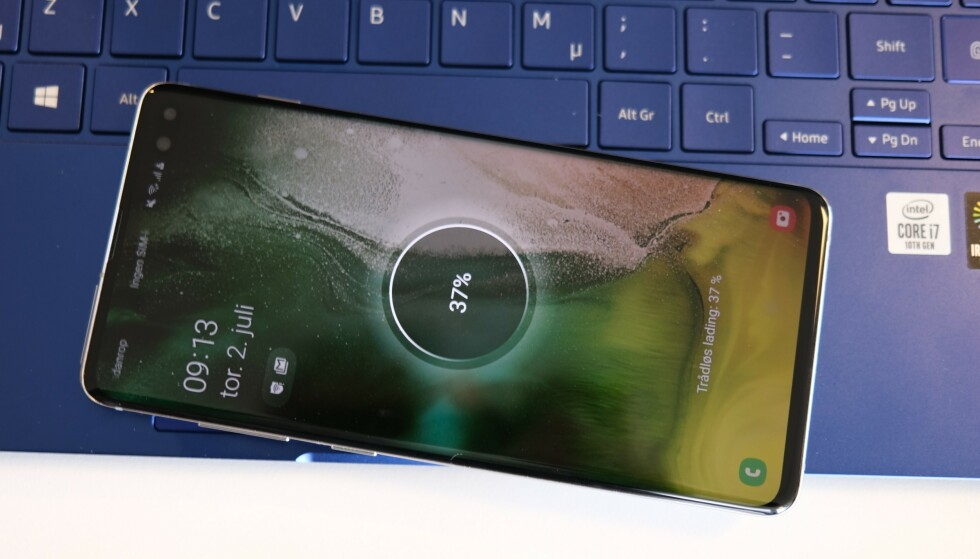 WIRELESS POWERSHARE: Du kan lade mobiltelefonen din via PC-ens styreflate. Foto: Martin Kynningsrud Størbu
