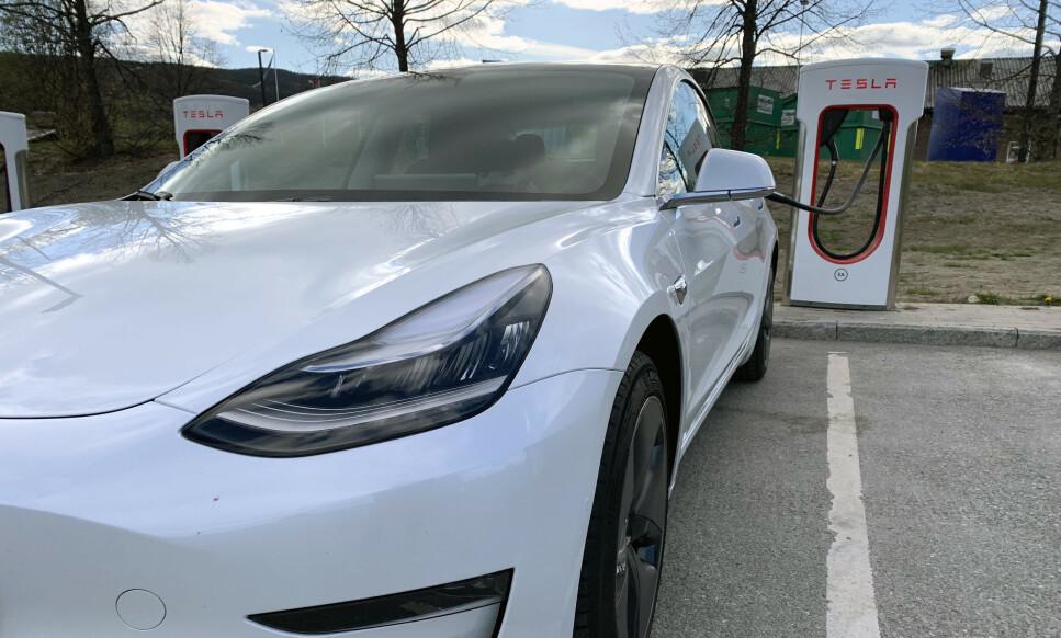 LADER RASKEST: Ifølge NAFs stortest av elbiler er det Tesla Model 3 som får lengst rekkevidde av å lades i en halvtime. Foto: Øystein B. Fossum