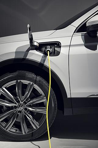 LADBAR: VW Tiguan eHybrid skal trolig kunne kjøre rundt 50 km på strøm. Foto: VW