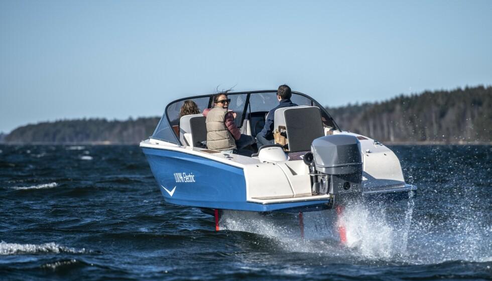 JA, DEN FLYR: Svenskprodusert flyvebåt med elmotor skal kjøre turister på sightseeing-turer i Kosterhavets nasjonalpark, som grenser til den norske nasjonalparken Ytre Hvaler. Båten har såpass rekkevidde at den kan nå helt til Ytre Hvaler fra utgangspunktet på Koster-øyene. Foto: Candela