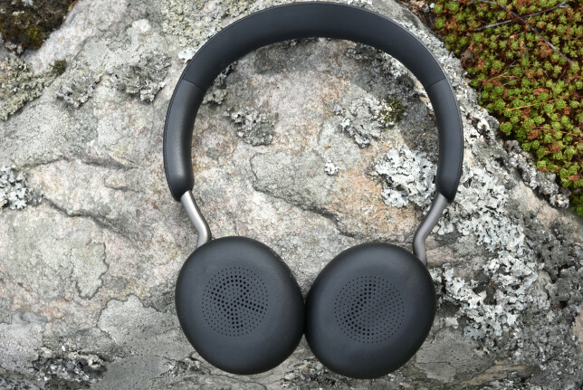 ON-EAR: Jabra Elite 45h er en on-ear-modell, der øreputene ligger inntil øret snarere enn å omslutte dem. Som du ser er høyre og venstre pute markert med hull. Foto: Pål Joakim Pollen