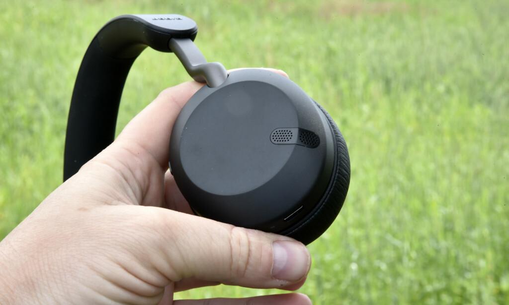 TO MIKROFONER: Med to mikrofoner, der den ene fanger opp stemmen og den andre bakgrunnsstøyen, blir stemmen din tydeligere for motparten når du fører en telefonsamtale. Foto: Pål Joakim Pollen