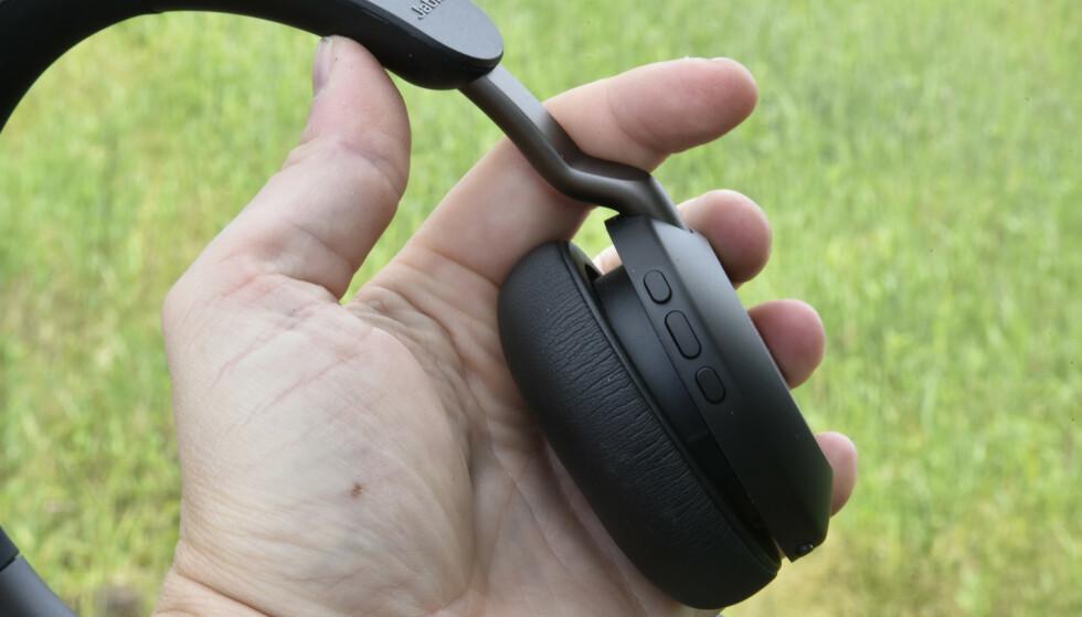 ENKELT: De tre knappene lar deg styre avspillingen der volumknappene holdes inne for å bytte sang. Vi skulle ønske oss at den midterste (største) stod litt høyere opp eller hadde en ruglete overflate – da hadde det vært lettere å føle seg frem. Foto: Pål Joakim Pollen