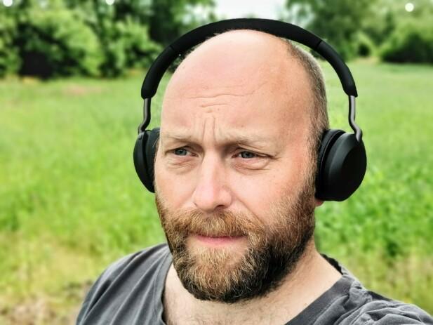 KOMFORTABLE: Med lav vekt og lite press mot ørene sitter Elite 45h komfortable tmot ørene. Foto: Pål Joakim Pollen