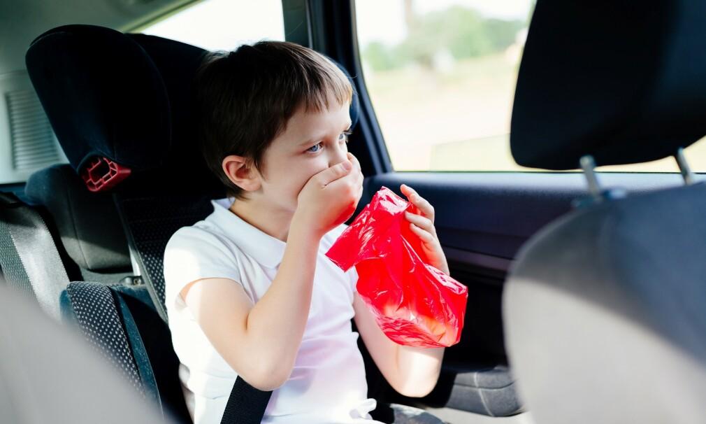 BILSYK: Noen barn og voksne blir lettere bilsyk enn andre. Det viktigste for å unngå kvalme og oppkast på reise, er å forebygge. I artikkelen under får du eksperttipsene. Foto: NTB Scanpix.