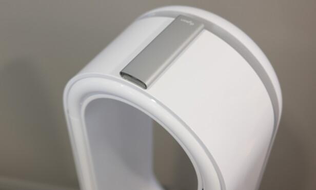 Fjernkontrollen kan festes magnetisk på produktet. Foto: Martin Kynningsrud Størbu