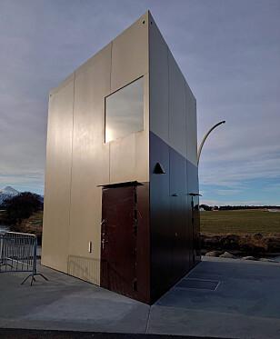 TREKANTET: Toalettbygg i aluminium ved Farstadsanden. Foto: Lage Bakken