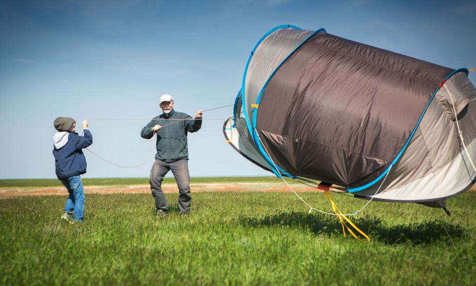 FØR DERE TELTER: Det er flere ting dere bør vite før dere slår opp telt for å campe over natten. Én av dem er vindretning. Foto: NTB Scanpix.