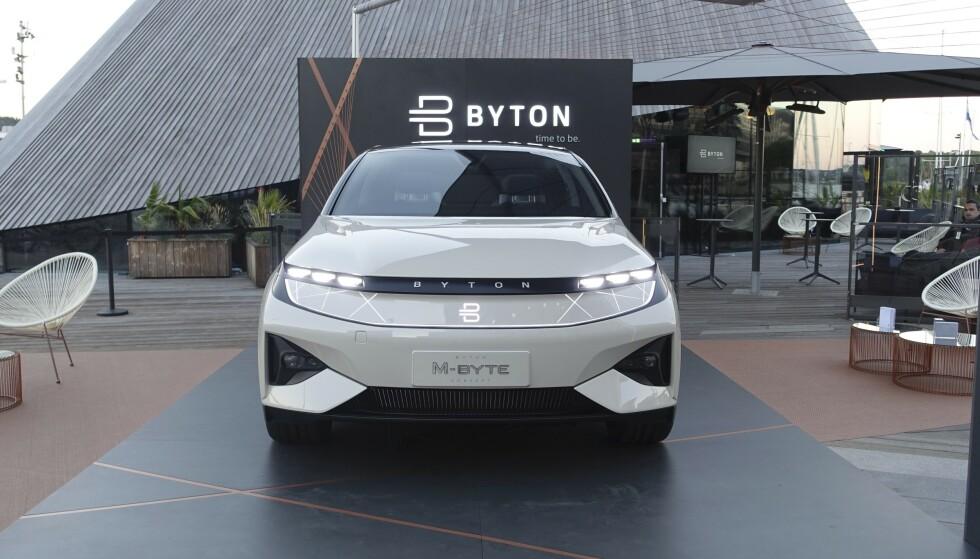 FULL STANS: Den elektriske SUV-en Byton M-Byte ble vist fram på Aker Brygge allerede 29. juni for to år siden. Mange nordmenn har vist interesse, men nå har fabrikken stengt. Foto: Fred Magne Skillebæk