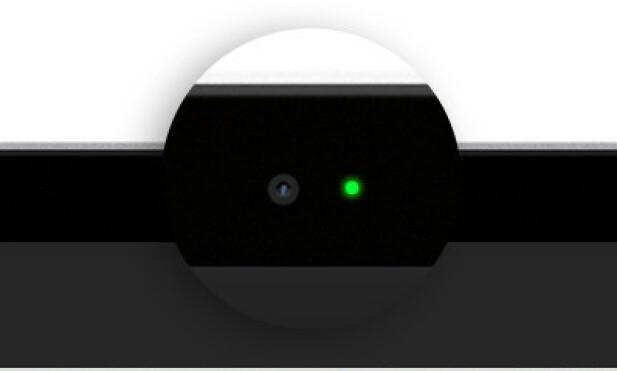 LYSER: En grønn LED-pære lyser ved siden av webkameraet på Macbook-maskiner dersom det er aktivt. Foto: Apple