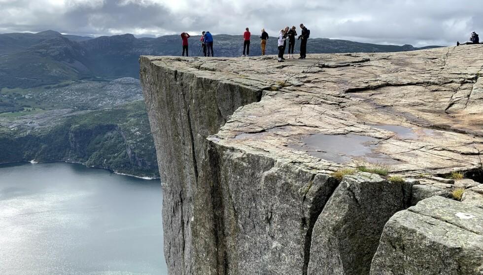 PÅ KANTEN: Det er langt ned, men man må nesten ha bevegd seg ut på kanten når man først besøker Preikestolen. Foto: Bjørn Eirik Loftås