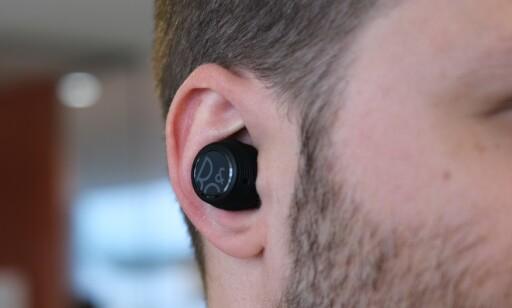 Beoplay E8 Sport er godt synlige i øret. Foto: Bjørn Eirik Loftås