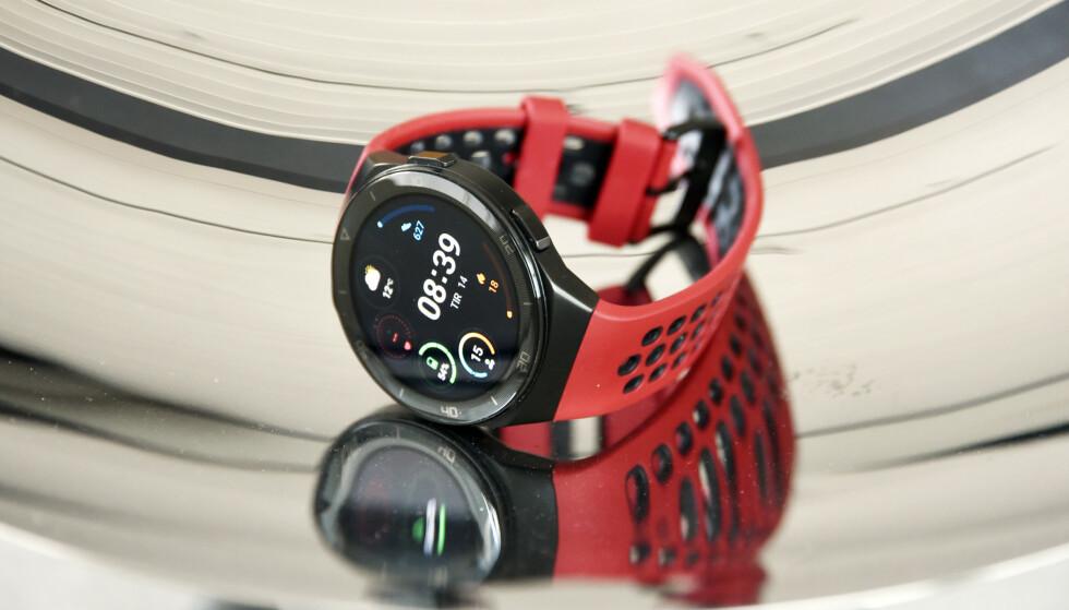 RIMELIGERE: Huawei Watch GT 2E koster noen hundrelapper mindre enn sin forgjenger, men det er lite som skiller dem i praksis. Foto: Pål Joakim Pollen