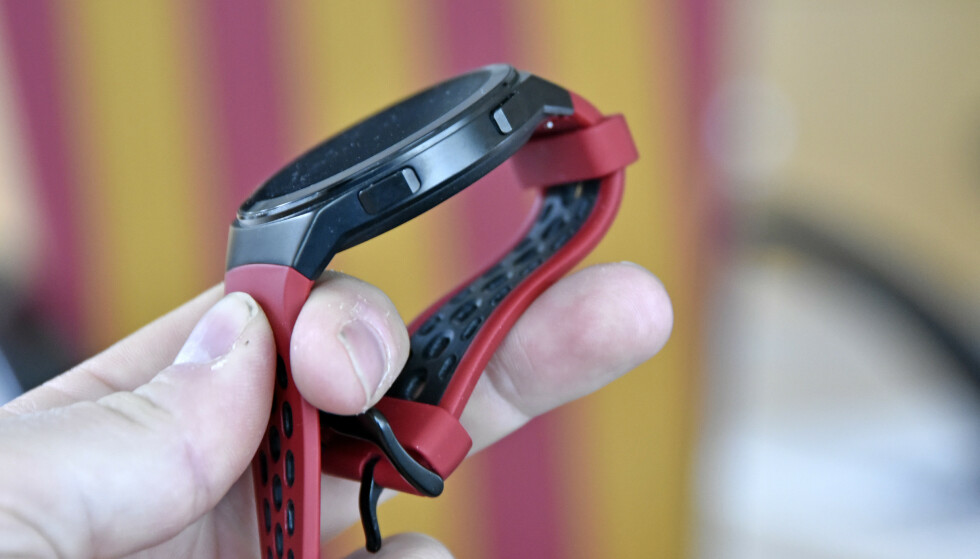 TO KNAPPER: Disse to knappene er de eneste fysiske bryterne på Watch GT 2e. I tillegg er skjermen berøringsfølsom. Foto: Pål Joakim Pollen